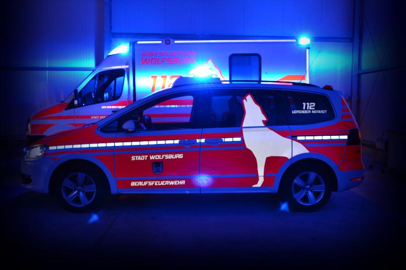 design112-lna-berufsfeuerwehr-wolfsburg-vw-sharan-rtw-bei-nacht