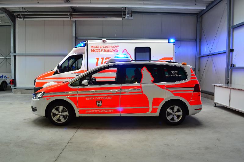 design112-lna-berufsfeuerwehr-wolfsburg-vw-sharan-rtw-bei-tag