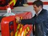 Metz Aerials Geschäftsführer Michael Kristeller beim Verkleben eines design112 Heckwarnmarkierungssatzes
